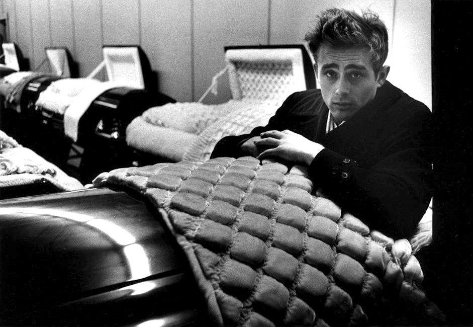 James-Dean-coffin dans Films series - News de tournage